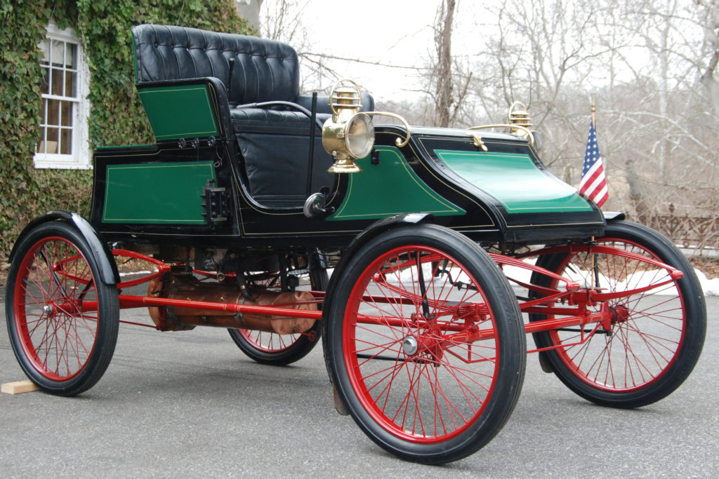 The 1905 Stanley Model CX looks similar to a carriage, and has a green body, with red wheel spokes and undercarriage